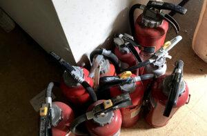 遺品整理・不用品の回収なら便利屋「湘南カンパニー湘南」作業実績の画像(消火器の回収)