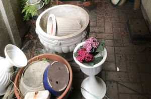 遺品整理・不用品の回収なら便利屋「湘南カンパニー湘南」作業実績の画像(庭やバルコニーで散乱したプランター)
